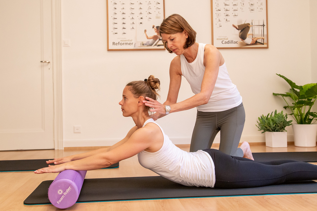 Private Pilates sessions on foam roller in Lausanne studio - Espace Pilates Mind Your Body